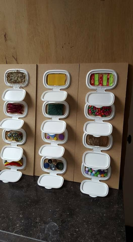 De opening van de verpakking van vochtige doekjes kan je gebruiken om op een houten plaat te hangen en er leuke materialen in te verstoppen. Wat ons betreft lijkt dit alvast een leuk voelbord voor de kinderen in jouw opvang!
