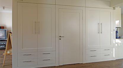 Czterodrzwiowa szafa z klasycznymi uchylnymi drzwiami, szufladami, pawlaczami oraz drzwiami wewnętrznymi, wykonana z lakierowanego mdf.