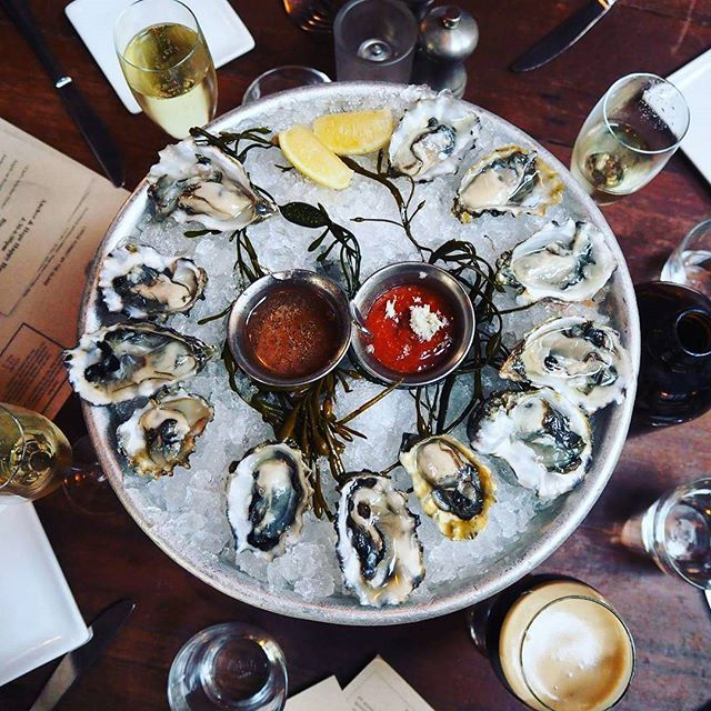 OYSTERS. First week with the blog so much fun join us on foodographs.se celebrating with bubbles and slimy stuff like eating the ocean and oh how I love the ocean!! PUSSGURKA #oyster #champagne #bubbles #sanfrancisco #foodographs #food #eat #drink #sanfrancisco #ostron #helg #weekend