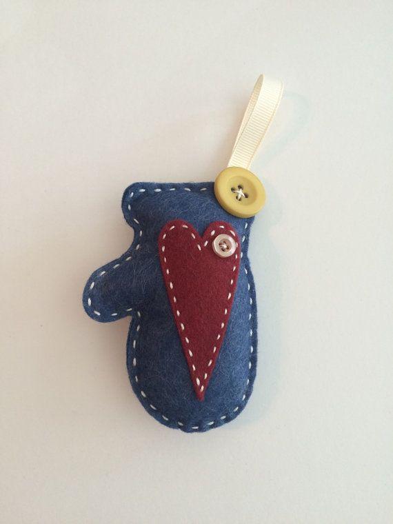 Cozy Red Mitten Felt Ornament van PolkaDotCreek op Etsy