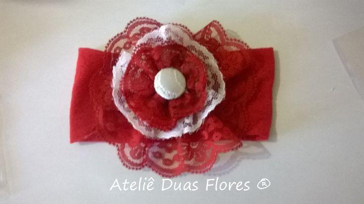 Tiara em meia de seda vermelha, com flor de renda branca com vermelho. Excelente opção para recém nascido e bebês.
