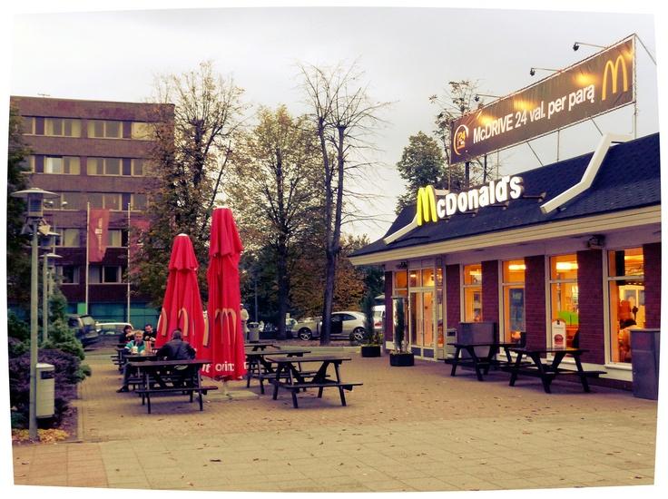 Vilnius (Lietuva).  McDonald's davanti alla Stazione.