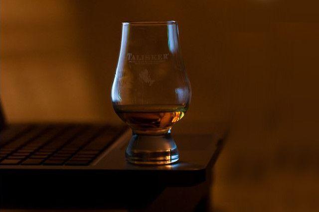 Über Whiskygläser habe ich mir anfangs keine großen Gedanken gemacht. Zunächst dachte ich, dass die Whisky Tumbler, die man in vielen Hollywoodfilmen sieht der richtige Weg sind, Whisky zu trinken. Oft sieht man dann auch, dass der Whisky ganz lässig auf Eis getrunken wird. Das sieht zu Anfang ungemein cool aus, ist aber für