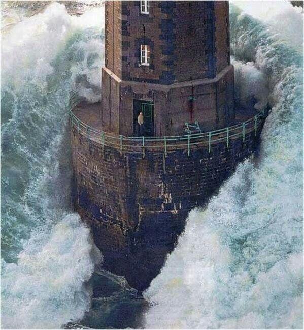 Énorme vague frappant le phare de la Jument à Ouessant en Bretagne. Le gardien, Théodore Malgorn, a survécu, 1989