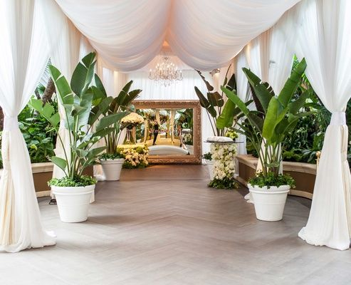 Tropical Details at Beverly Hills Venue |   Photography: Samuel Lippke Studios. Read More:  http://www.insideweddings.com/weddings/romantic-jewish-wedding-with-lush-ivory-flowers-rose-gold-details/790/