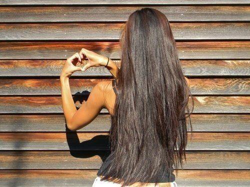 Девушка с длинными белыми волосами со спины
