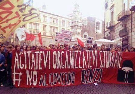 Scuola: a Napoli lo sciopero degli studenti manda in tilt il traffico cittadino