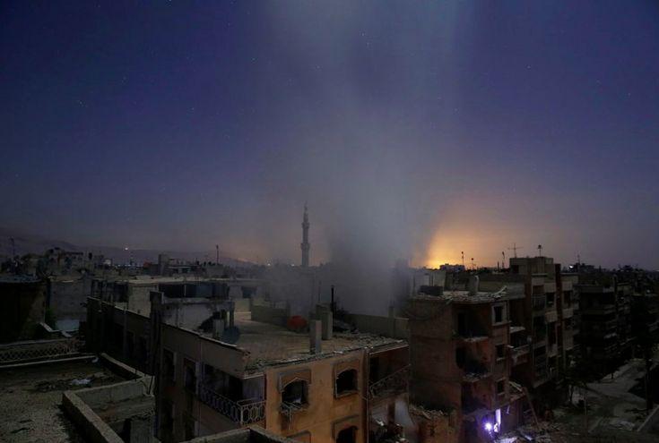 Sameer Al-Doumy, Syria, 2015, Agence France-Presse, Aftermath of Airstrikes in Syria    Syria, 30 października 2015 i widok na ostrzał miasta Douma przez syryjskie siły rządowe. 1. Nagroda w kategorii Spot News