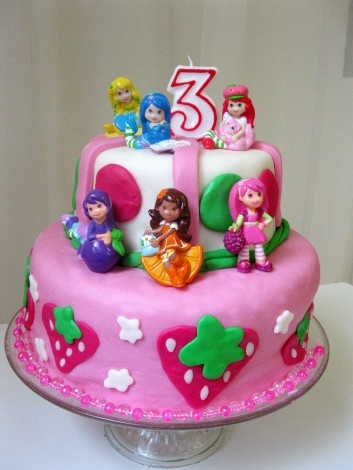 Birthday cake; strawberry shortcake theme; vegan cake recipe; marshmallow fondant.