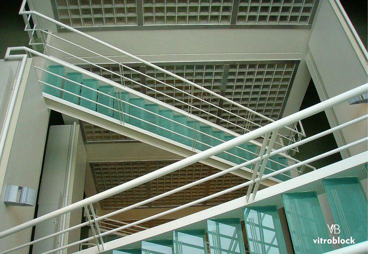 FACULTAD DE CIENCIAS ECONÓMICAS . Aplicación de algunos de nuestros productos en la UBA: ⚬Ladrillos de vidrio modelo Nube Incoloro. ⚬Escalera de cristal de seguridad laminado; de F12+F12, 25mm de espesor con bandas anti deslizantes. . . #Vitroblock #LadrilloDeVidrio #CristalDeSeguridad #CristalLaminado #Seguridad #AntiDeslizante #Arquitectura #UBA #Economicas