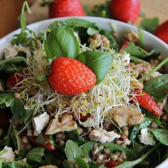 Strawberry And Roasted Buckwheat Salad: This fresh buckwheat salad is packed with plantbased proteins, vitamins and nutrients and packs a punch of flavour! - By valisesetgourmandises #vegan #recipes #plantbased