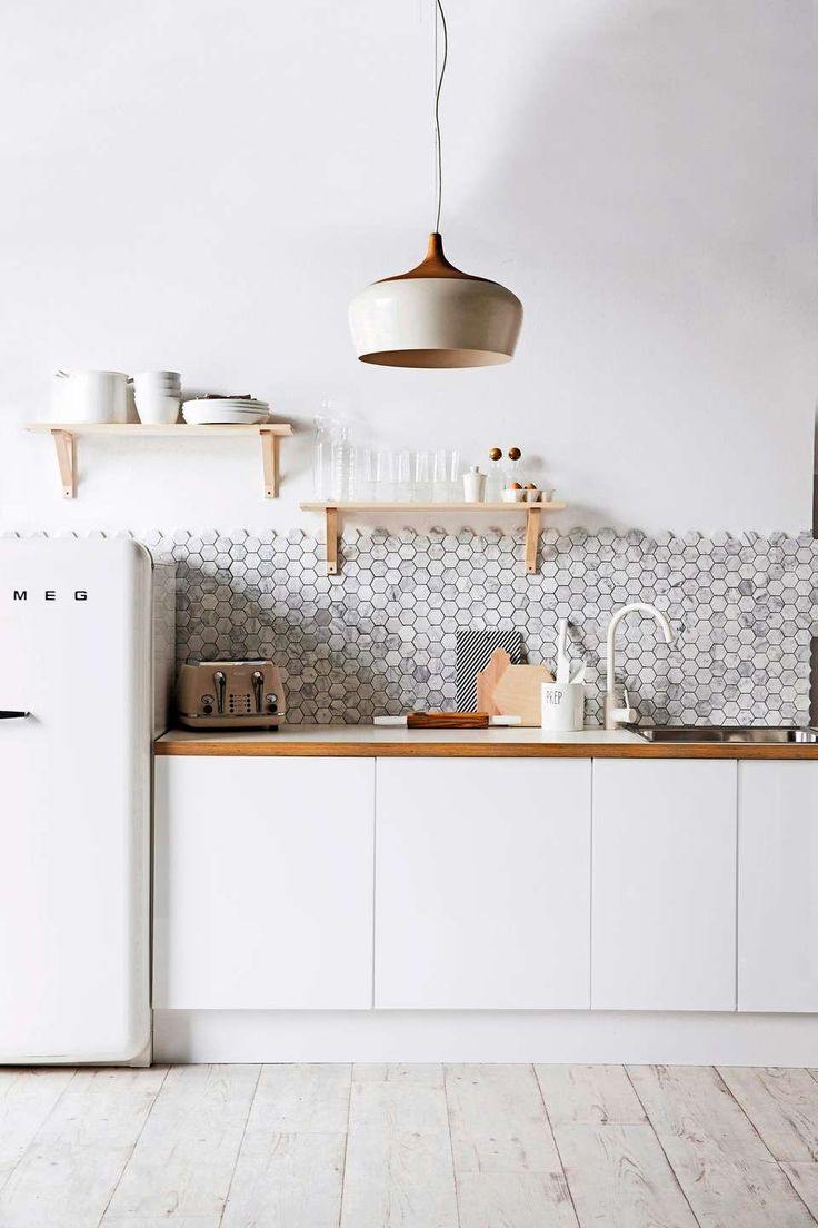 ENKEL FORNYELSE: Et enkelt kjøkken kan raskt bli nytt med nye fliser - og kanskje noen hyller?