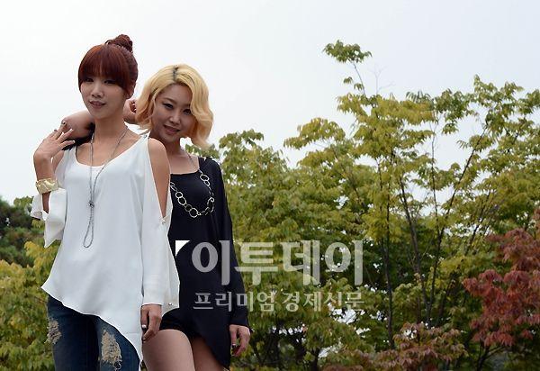 데뷔 싱글 '이별말'을 발표한 여성 듀오 레이니가 10일 오후 이투데이와 인터뷰에 앞서 포즈를 취하고 있다.