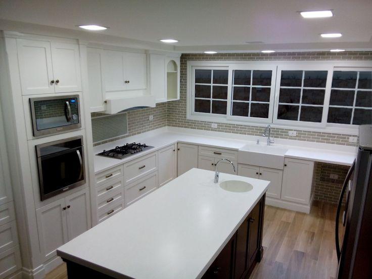 Cozinha e cubas no estilo americano em Corian Glacier.