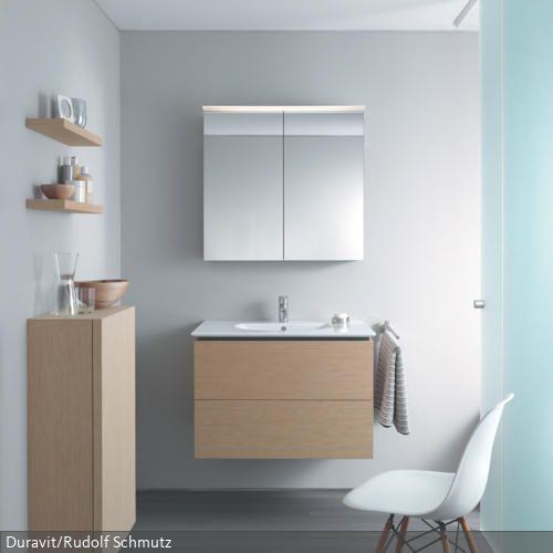 Diese stilvolle Badezimmereinrichtung in dezenten Tönen schafft eine strukturierte, helle Raumumgebung. Weiß, Grau und Naturtöne lassen den Raum aufgeräumt wirken.…