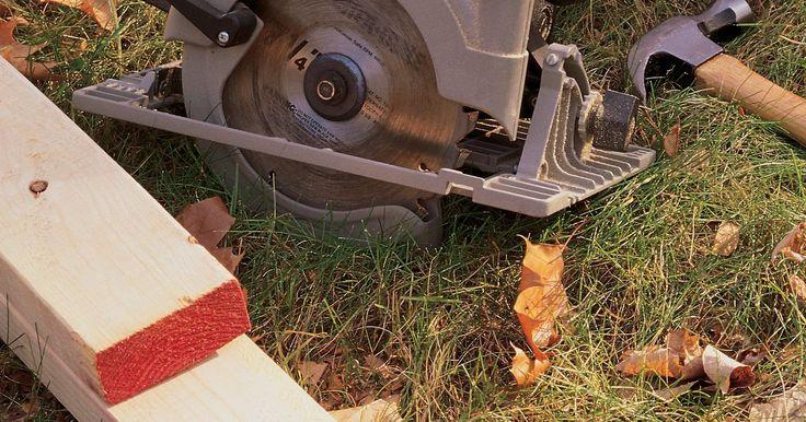 Cómo cortar madera con una sierra circular sin astillarla. Las hojas de madera contrachapada y las sierras circulares van de la mano, como si estuvieran hechas la una para la otra. Una sierra circular facilita el trabajo de cortar hojas grandes a cualquier tamaño que sea necesario en el trabajo. Lo que llevaba diez tediosos minutos con una sierra de mano se convierte en 30 segundos con una sierra ...