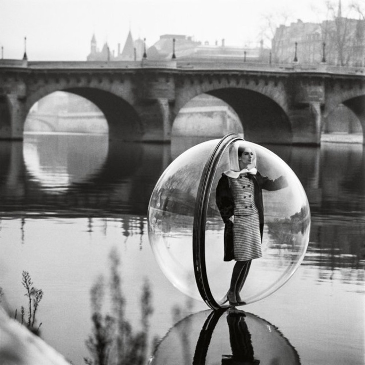 1963 bubble series for Harper's Bazaar. Fashion models in Plexiglas bubbles floating on the Seine.
