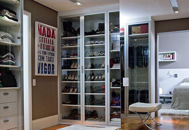 Com portas de vidro, o armário permite a visualização dos sapatos antes de abri-las, facilitando a escolha. Do chão ao piso, ele é todo preenchido com prateleiras, que mantêm os pares organizados. As de cima têm altura maior e armazenam botas