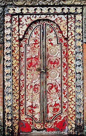 Puerta decorada de Indonesia.