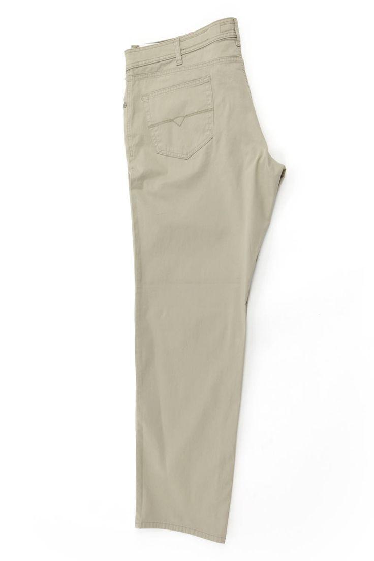 Jasne spodnie Pierre Cardin koloru beżowego. Idealne na lato. Dostępne w rozmiarach od 3XL do 8XL. Skład: 98% bawełna 2% elastan.