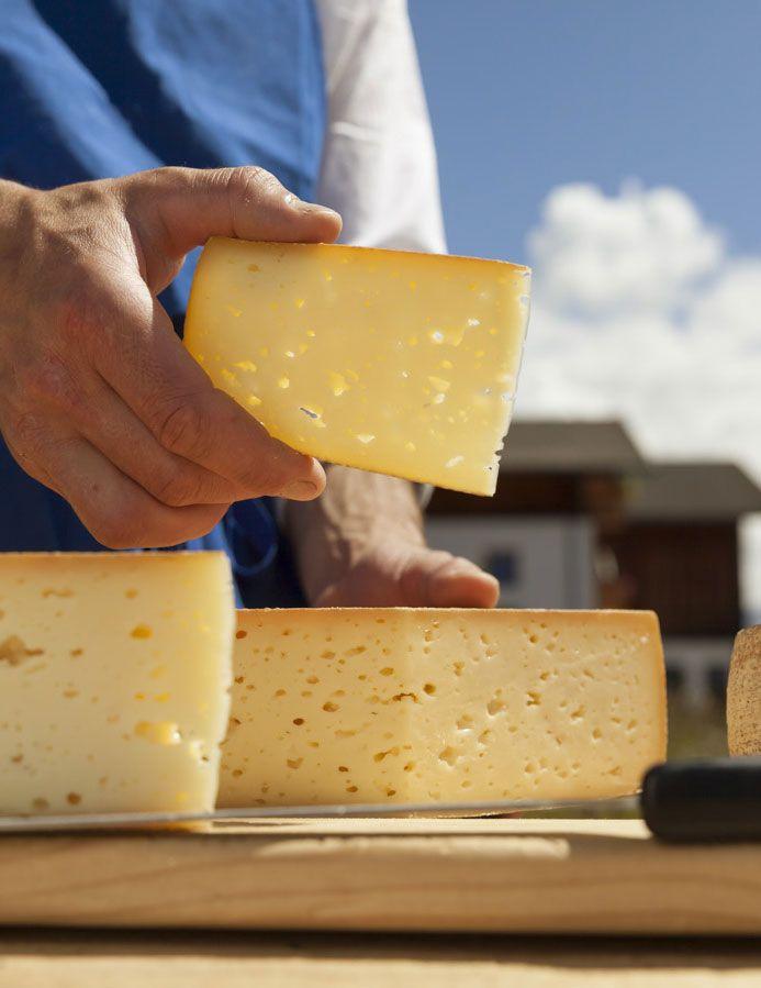 Südtiroler Käse vom Bauern - Die frische Bergluft, das saftige Gras und die würzigen Kräuter der Südtiroler Wiesen haben positive Nebenwirkungen: Die Kühe geben eine Milch von besonderer Qualität, die zu zahlreichen köstlichen Käse weiterverarbeitet wird. Roter Hahn - Südtirol