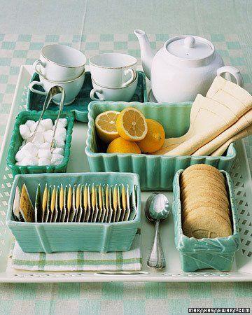 Na hora hora servir o chá..que tal usar uma travessa ou bandeja com diversos refratários mesmo alguns bowls. Eles ajudam a organizar o serviço. Separe em cada recipiente o que você precisa. Acucar em cubanos, adoçantes, os chás, biscoitos, guardanapos e os limões.