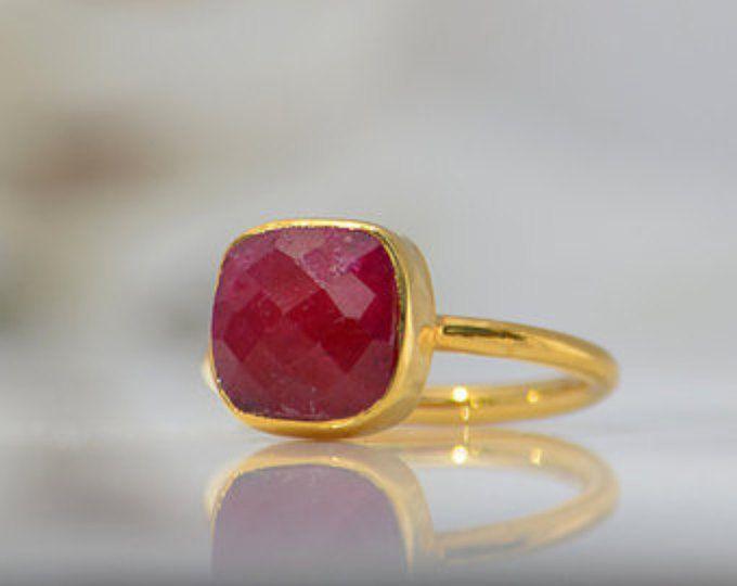 Anillo de rubíes, Julio Birthstone anillo, anillo de piedras preciosas, amontonamiento de anillo, anillo de oro, bisel set joyería de rubíes de anillo, anillo de corte de cojín,