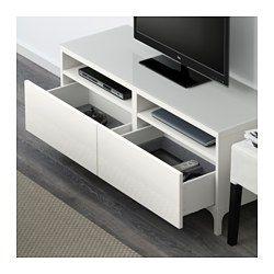 IKEA - BESTÅ, Banc TV avec tiroirs, blanc/Selsviken brillant/blanc, glissière tiroir, ouv par pression, , Les tiroirs sont équipés d'un système intégré d'ouverture par pression ce qui vous évite d'avoir à y fixer des poignées ou des boutons.Le plateau en verre protège la surface du banc TV et lui donne un aspect brillant.Vous pouvez facilement dissimuler les câbles de la TV et tout autre équipement mais en les gardant à portée de main grâce aux...