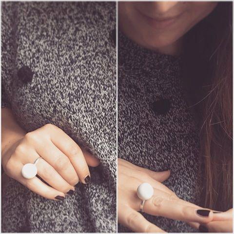 anello SOLO con perla in cemento bianco