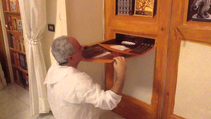Decoriamo un vecchio infisso in legno, con finta libreria trompe l' oeil