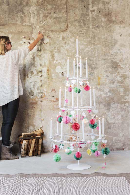 KARWEI | Deze kaarsenboom geeft je gegarandeerd een ultiem kerstgevoel door al dat kaarslicht. #karwei #kerst #wooninspiratie