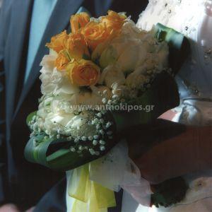 Νυφική Ανθοδέσμη Γάμου , Νυφικό μπουκέτο με ολόφρεσκα λουλούδια ιδανικό για να συμπληρώσει μια ξεχωριστή νύφη. Το πιο σημαντικό μπουκέτο της ζωής σας επιλεγμένο να συμπληρώσει ιδανικά το στυλ του γάμου που έχετε επιλέξει, από μοντέρνο σε κλασσικό ή ρομαντικό. Το πιο όμορφο στολίδι στα χέρια σας. Πλούσια νυφική ανθοδέσμη με όγκο και ιδιαίτερο σχήμα τόσο στα τριαντάφυλλα της όσο και στα φυλλώματα που την περιβάλλουν .
