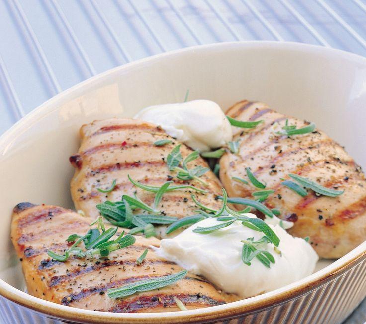 Kyllingfilet med urter: Kylligfilet er magert og godt kjøtt som passer til det meste av tilbehør. Dette er en oppskrift med friske krydderurter og matyoghurt.