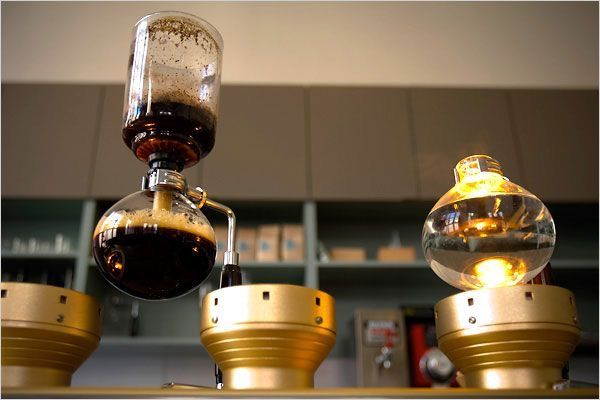 COFFEE CULTURE  アメリカはコーヒー消費量が世界一とも言われ、 忙しく働くニューヨーカーにとっては、欠かせない飲み物となっています。 現在のコーヒー業界では、サードウェイブとも言われ、 高品質な豆を使ったスペシャリティーな1杯を提供しているコーヒーショップが人気で、 日本でもここ何年かで、上陸しているお店や小さなコーヒースタンドなども増え始めています。 アートが根付いているニューヨークでは、 床屋とコーヒーがクロスオーバーしたblind barberなど、カルチャーが融合したものも特徴といえます。 健康志向の高いニューヨークでは、カプチーノなどは砂糖をあまり使わずに、 ミルクの温度によって甘みを出す『ミルクケミストリー』といった手法を用いているそうです。 最近では、GINAというbluetoothを搭載しているスマートコーヒーメーカーも話題になっていて、 専用のアプリで、適切な豆・水の量をリアルに表示してくれるもの。 そのミニマルなデザインがお洒落でありながら、かつ機能性も抜群で、 コーヒーの油分まで抽出できるfrench press 、ハンドドリップ pour…