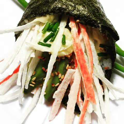 Temalifornia Kanikama en tiras acompañado de palta, mayonesa al ciboulette y sesamo tostado