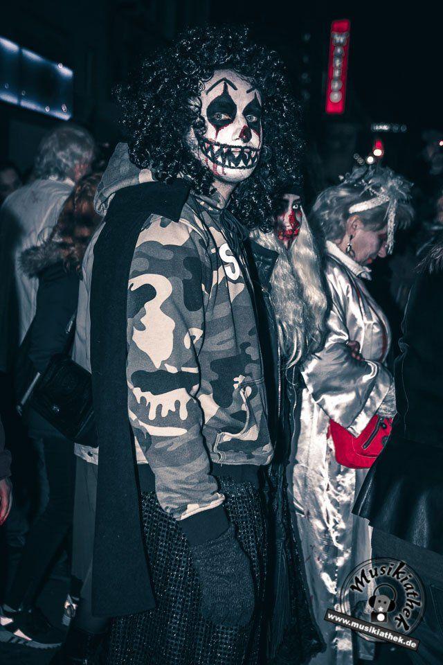 Skellett / Skull Makeup bedeutet Zombie Alarm am Abend. Ein paar schaurige Kostüm und Makeup Ideen für Halloween oder Karneval gefällig? Willkommen in der Grusel Abteilung. Einige der besten Horror Kostüme und Makeups findet ihr auf der Website :) #zombie #horrormakeup #karneval #halloween #halloweencostume #halloweenmakeup #karnevalskostüm