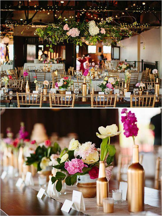 Vasos de ouro fosco e flores lilás e champanhe com folhagens. Lindo!