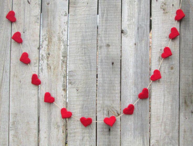 Er is een prachtige krans met naald vilten wol hart in rood-perfect voor Valentijnsdag, bruiloft, voorjaar decor. Het is liefdevol geboekt met heerlijk naald voelde wol hart. Alle elementen zijn handgemaakt door mij en mijn dochter in naald vilten techniek.  De krans over - 120 cm/44 inch / is met 7 harten. -over-160 cm/65 inch /-10 harten. -over-220 cm/85 inch / - 14 harten.  Elk hart meet ongeveer 2х2 (5 cm) zodat kunt u de kloof kleiner of groter tussen elke ...
