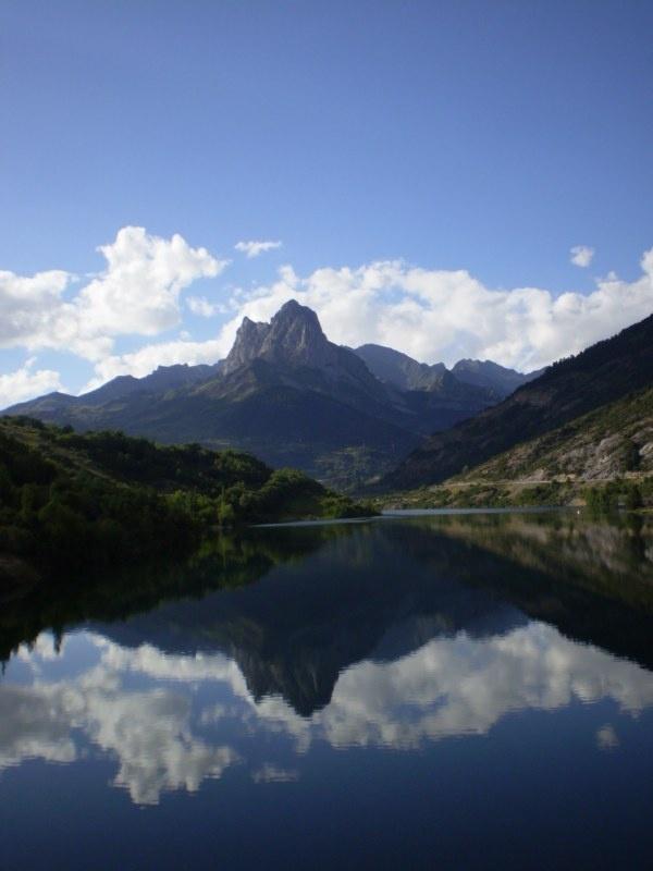 Embalse de Lanuza, al fondo Peña Foratata ( 2.341 m) en el valle de Tena. C omarca del Alto Gallego #Huesca Aragón #Pirineo