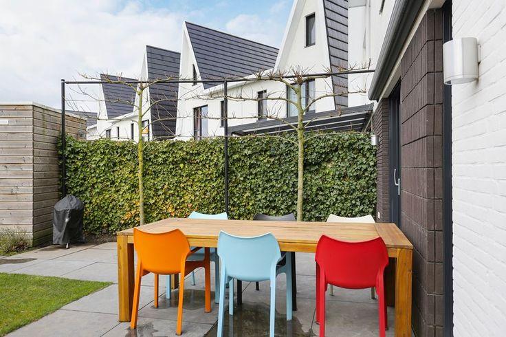 Ben jij op zoek naar een nieuw thuis? Een woning waar je zonder klussen je meubels neer kunt zetten? Waar je ruimte en luxe gaat krijgen? Waar je heerlijk in de zon kunt zitten in de tuin? Met 4 slaapkamers, een luxe badkamer, een royale woonkamer e...