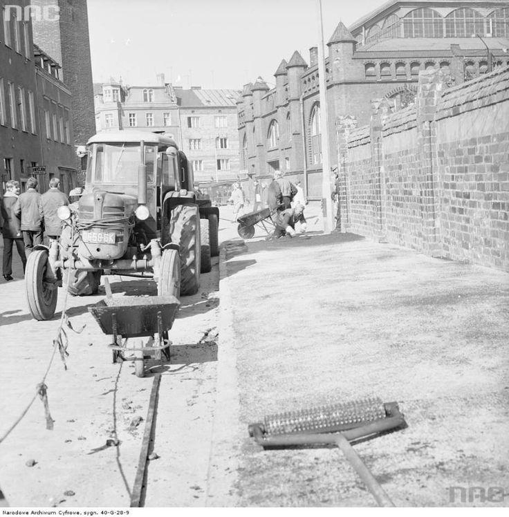 Wylewanie asfaltu na chodniku przy ulicy Pańskiej