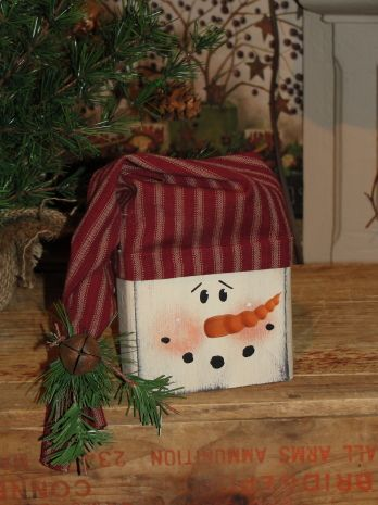 This primitive snowman face block willmake a cute shelf sitters for any Christmas and winter décor for shelves and cubbies. I have added a homespun hat with accents of pine and a rusty bell.    NOTE: Homespun may vary due to availability at the time of your order.   Measures approx. 5 x 5