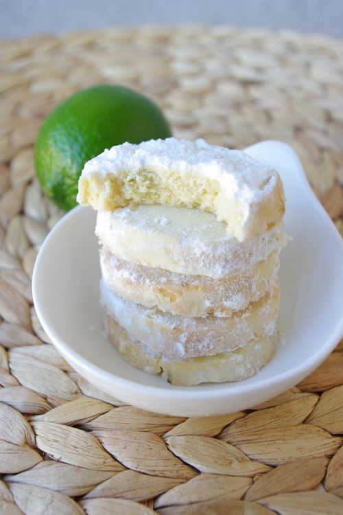 Biscuits fondants au citron vert de Martha Stewart 170g beurre  t°ambiante+40g sucre glace+ zeste2citrons verts+ +2 cs jus citron +1 cs extrait de vanille +250g farine +2 cs Maïzena +1 pincéesel=>pâte homogène 2cylindres. au frigo 3h  four180°C /13' puis qd froids passer ds sucre glace
