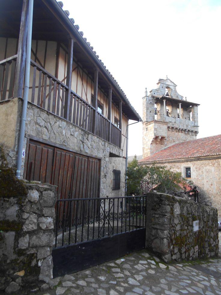 Torre de iglesia y casa típica  del barrio del castillo