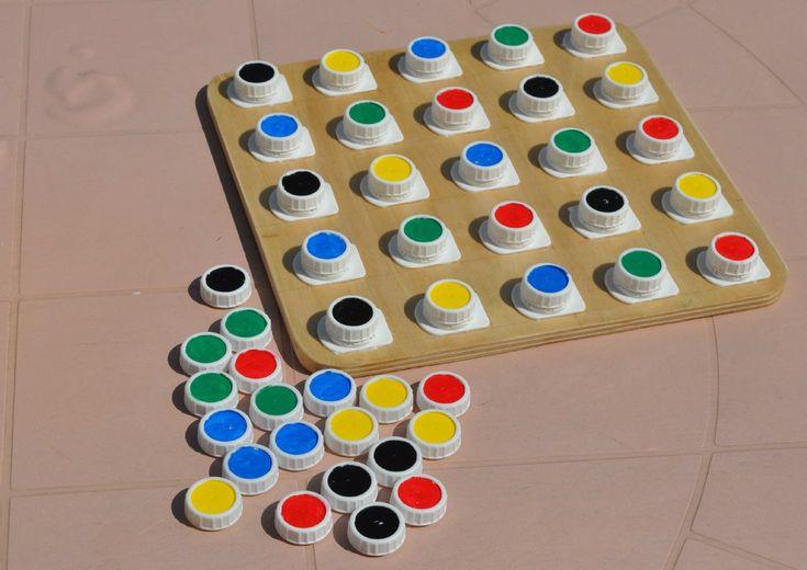 Juego Con Tapones Tetrabrik: Juego para desarrollar la psicomotricidad fina. Se compone de un tablero con bases roscadas, 50 tapones y 16 fichas . AUTOR : Juanma Cano