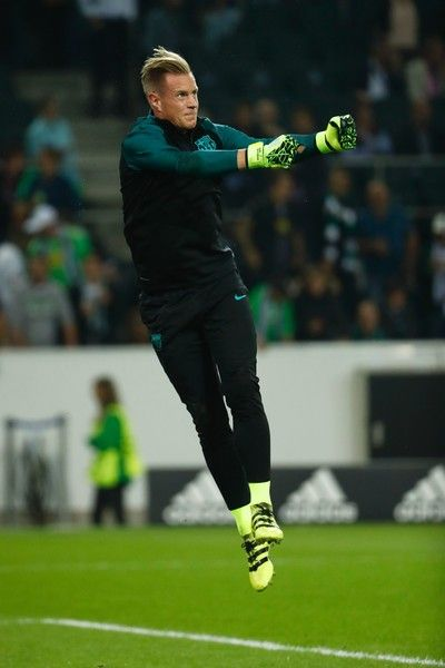 Barcelona's German goalkeeper Marc-Andre Ter Stegen warms up prior to the UEFA Champions League first-leg group C football match between Borussia Moenchengladbach and FC Barcelona at the Borussia Park in Moenchengladbach, western Germany on September 28, 2016. / AFP / Odd ANDERSEN