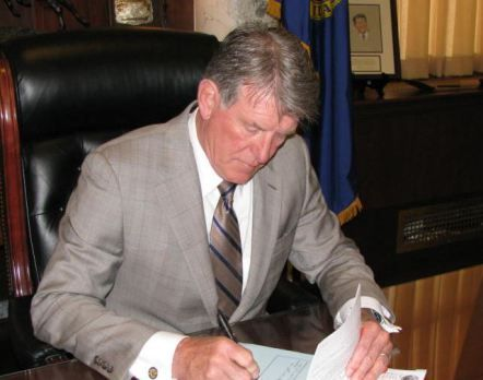 Idaho governor signs emergency legislation nullifying all future federal gun laws - http://willcountynews.com/2016/01/07/idaho-governor-signs-emergency-legislation-nullifying-all-future-federal-gun-laws/