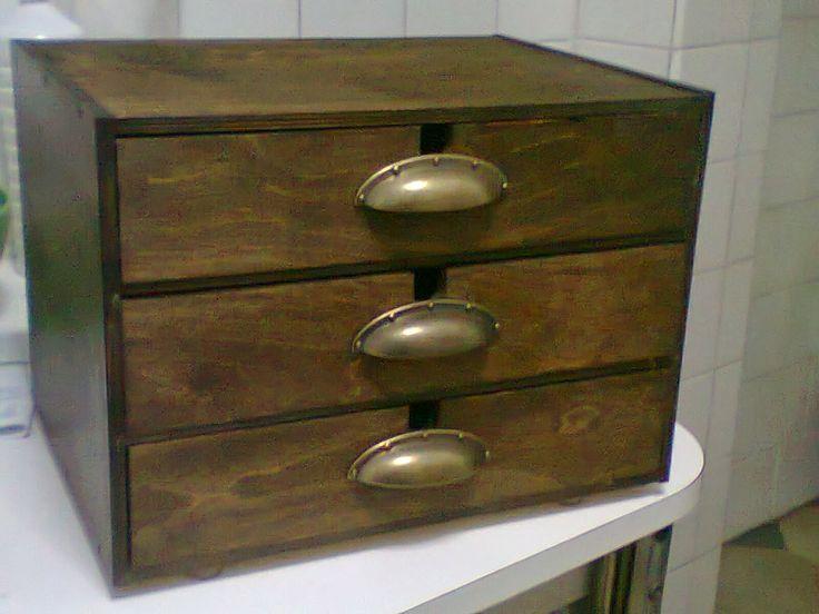 Un joyero y contenedor de objetos personales en una - Caja joyero ikea ...