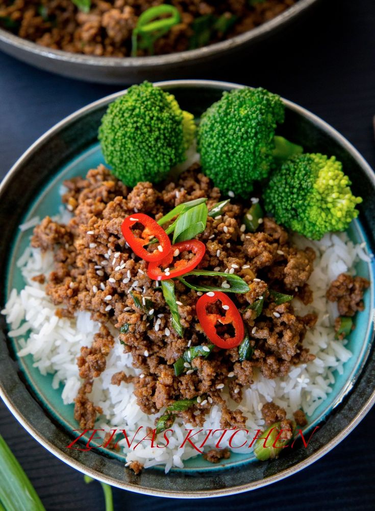 Koreansk färs är en riktigt god rätt som du enkelt slänger ihop på max 30 min! Lika god att tillagas med kött- eller veggofärs. 4 portioner 500 g färs av valfri sort (kött- eller veggofärs) 3 st vitlöksklyftor 2 salladslökar Olja till stekning Sojasås: 0,5 dl söt soja (se bild nedan, kan bytas ut mot 0,5 dl råsocker) 0,5 dl soja (jag använder kikkoman) 1 msk färsk riven ingefära (kan bytas ut mot 1 tsk torkad ingefära) 2 tsk sesamolja 1 tsk chiliflakes (läs tips nedan) Servering: Ris…
