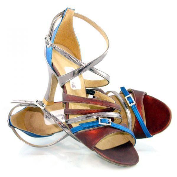 """La chaussures de danse Lola de chez Oobashoo est sensuelle, légèrement/quelque peu allumeuse et lascive. Elle est parfaite pour la danseuse ultra-tendance. C'est un véritable must-have!Modèle """"Lola"""" bleu et chocolat de Oobashoo 105€ www.label-latin.com"""